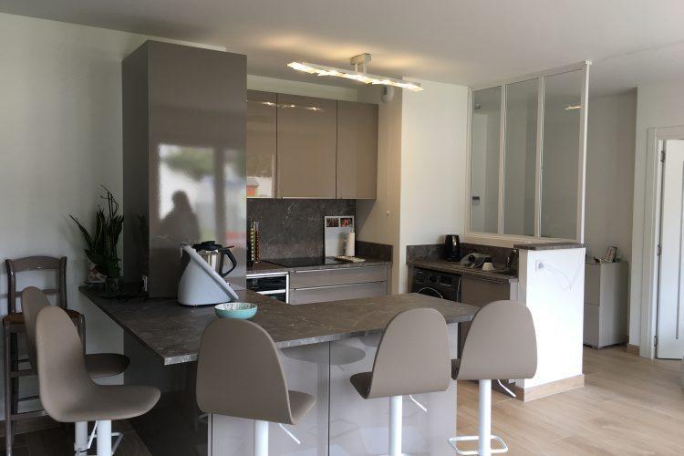 cuisine Nolte modèle Lux coloris lava brillant avec plan de travail marbre gris